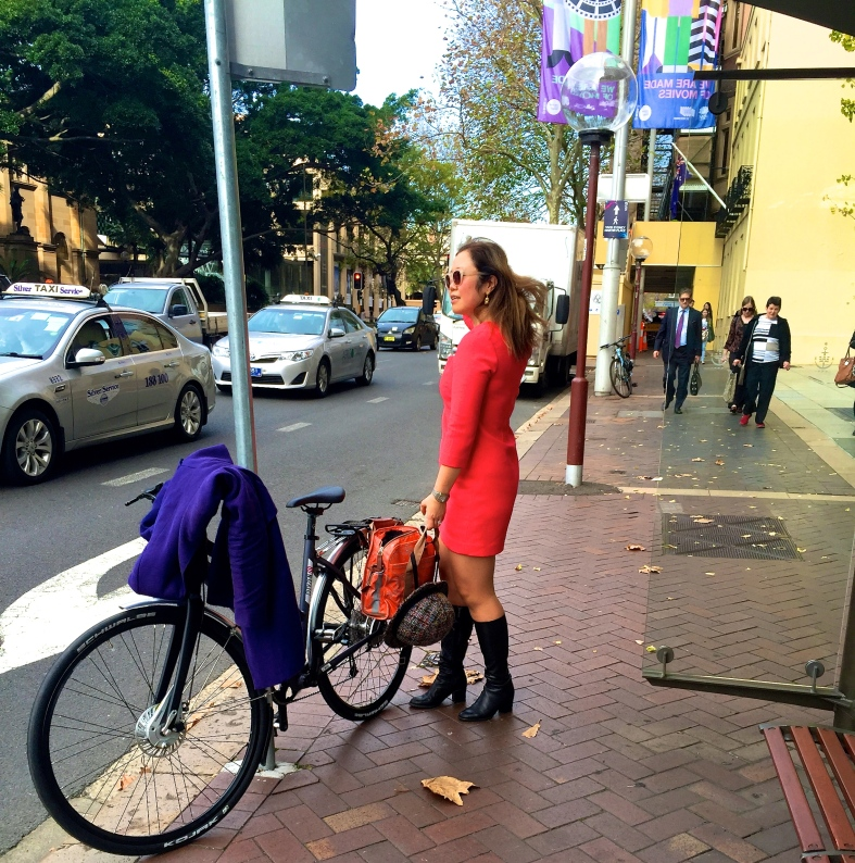 velaporter bicycling in a skirt bicycing in a dress bicycing in heels bicycling with style women on bicycles stylish cycling