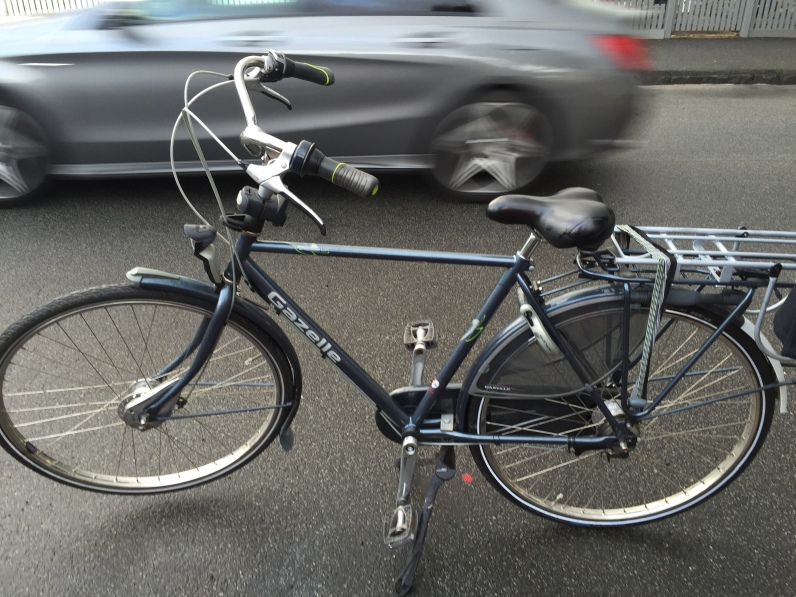 veloaporter cycling in a suit cycling with style men on bicycles stylish men on bicycles cyclechic